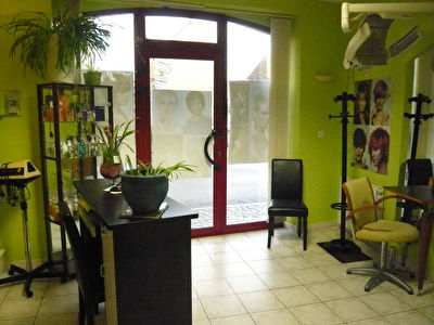 Entrammes, Local commercial - Salon de coiffure d'env 30m²